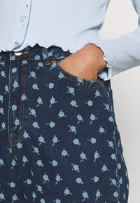 Monki - MINI FLOWER - Straight leg jeans - blue - 4