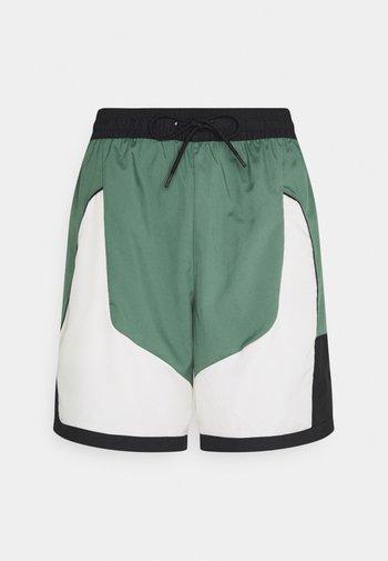 THROWBACK SHORT NARRATIVE - Pantaloncini sportivi - dutch green/pale ivory/off noir