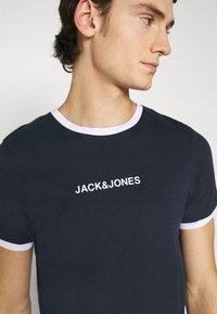 Jack & Jones - JCORING TEE CREW NECK - Print T-shirt - navy blazer - 4