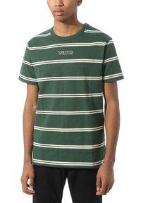 Vans - MN SIXTY SIXERS STRIPE - Basic T-shirt - pine needle - 0