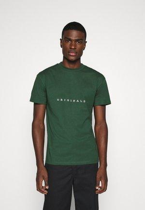 JORCOPENHAGEN TEE CREW NECK - T-shirt z nadrukiem - trekking green