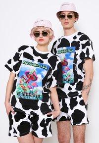 AS IF Clothing - COWDELIC TEE UNISEX - Camiseta estampada - black/white - 0
