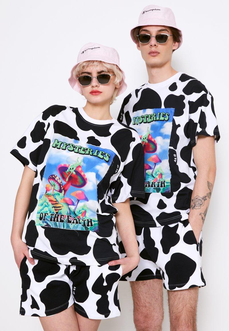 AS IF Clothing - COWDELIC TEE UNISEX - Camiseta estampada - black/white