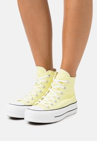 Converse - CHUCK TAYLOR ALL STAR LIFT - High-top trainers - light zitron/white/black - 0
