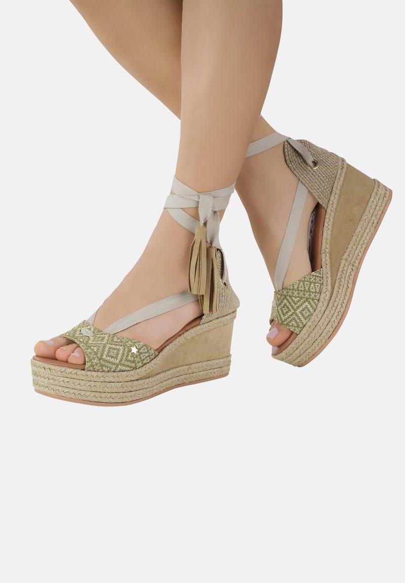 Priscila Welter - Sandalen met sleehak - beige