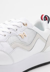 Tommy Hilfiger - TOMMY DRESS CITY SNEAKER - Sneakersy niskie - white