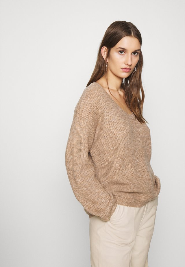 V-NECK- oversized jumper - Jumper - camel