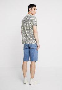Calvin Klein Jeans - SLIM  - Džínové kraťasy - light-blue denim - 2