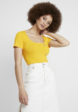 ASYMMETICAL BUTTON THROUGH - T-shirt z nadrukiem - ochre