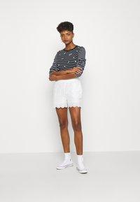 YAS - YASHOLI  - Shorts - star white - 1