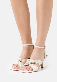 NA-KD - MULTISTRAP KNOT HEELS - Sandály - offwhite - 0