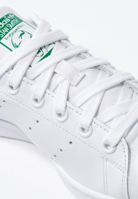 adidas Originals - STAN SMITH - Matalavartiset tennarit - ftwr white/core white/green - 5