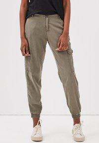 BONOBO Jeans - UMWELTFREUNDLICHE  - Cargo trousers - vert kaki - 0