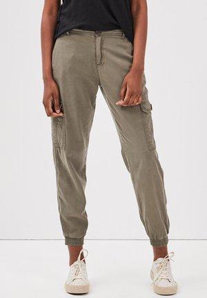 UMWELTFREUNDLICHE  - Pantalon cargo - vert kaki