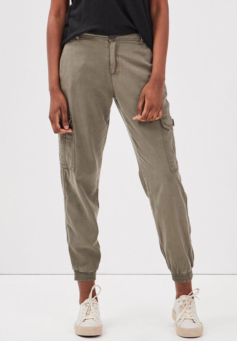 BONOBO Jeans - UMWELTFREUNDLICHE  - Cargo trousers - vert kaki
