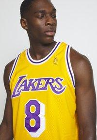 Mitchell & Ness - NBA KOBE BRYANT LA LAKERS 96-97 SWINGMAN - Club wear - light gold - 3