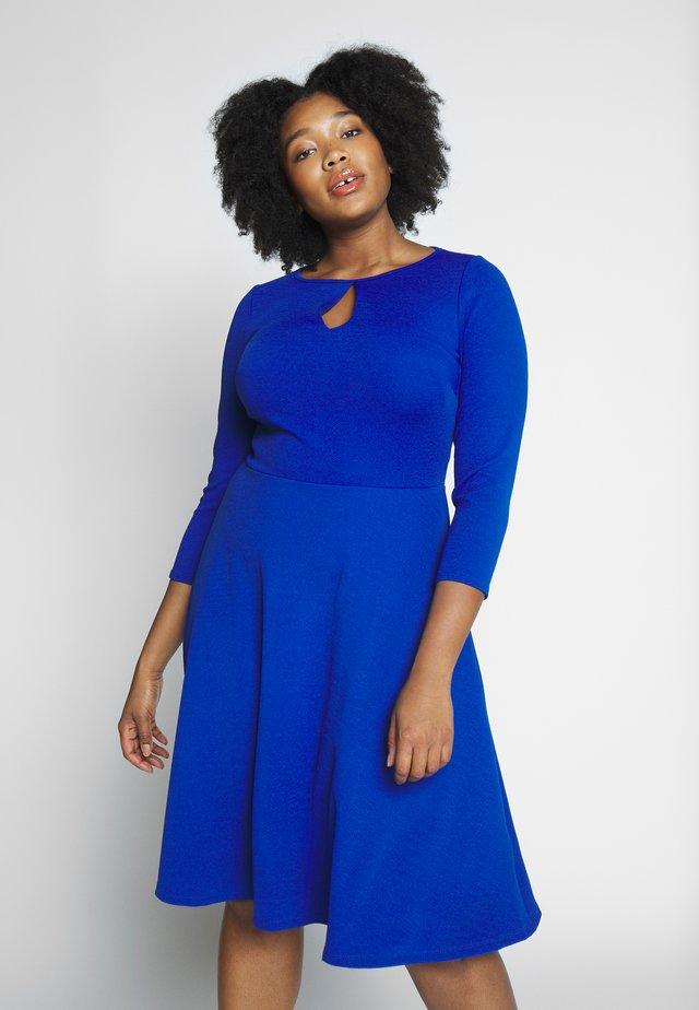 KEYHOLE SWING DRESS - Žerzejové šaty - blue