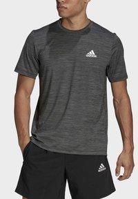 adidas Performance - M HT EL TEE - T-shirt z nadrukiem - black melange - 3