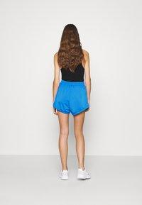 adidas Originals - ADICOLOR SLIM - Szorty - blue/shock pink - 2