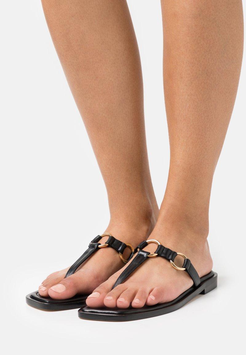 Stuart Weitzman - LALITA FLAT  - Sandály s odděleným palcem - black