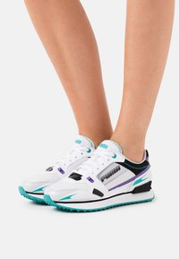 Puma - VEGAN MILE RIDER SUNNY GATAWAY WN'S - Sneakersy niskie - white/gray violet - 0