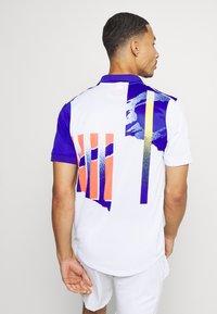 Nike Performance - ADVANTAGE - Polo shirt - white/ultramarine/solar red - 2