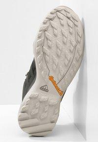 adidas Performance - TERREX SWIFT R2 MID GORE-TEX - Hiking shoes - core black/ash green - 4