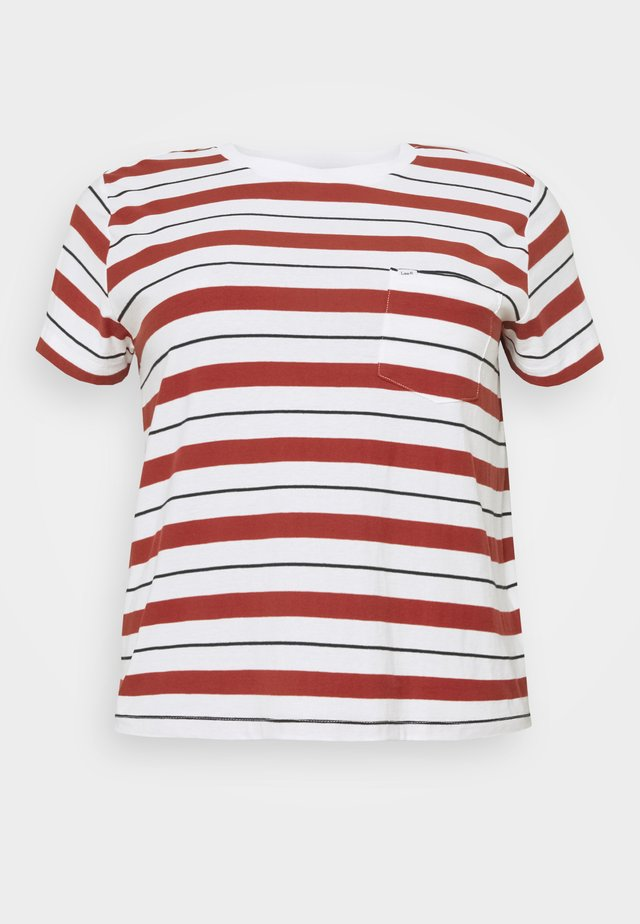 RELAXED POCKET TEE - Printtipaita - red ochre