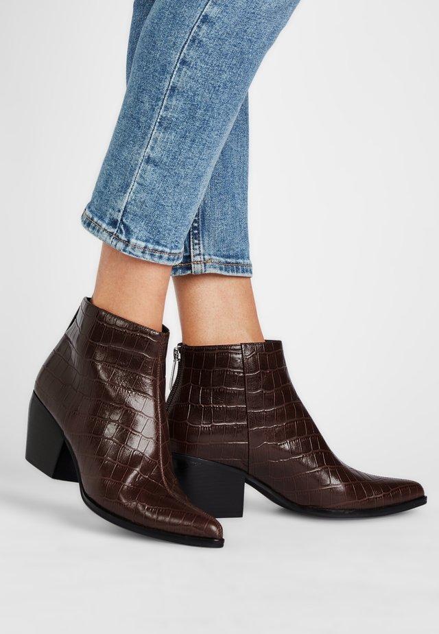 PILAR - Boots à talons - dunkelbraun krokooptik
