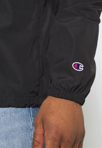 Champion Reverse Weave - HOODED JACKET - Větrovka - black - 5