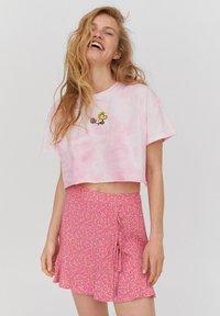 PULL&BEAR - PEANUTS - Print T-shirt - rose - 0