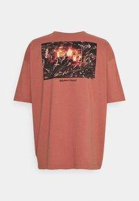 RETHINK Status - OVERSIZED UNISEX  - Print T-shirt - light mahogany - 1