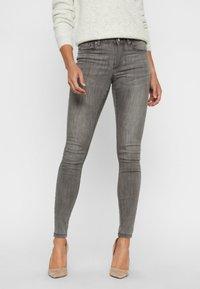 Vero Moda - VMTANYA - Jeans Slim Fit - light grey denim - 0