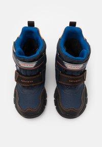 Geox - NEVEGAL BOY ABX - Zimní obuv - navy/orange - 3