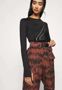 Missguided - PRINTED PARACHUTE TROUSERS - Trousers - brown - 3
