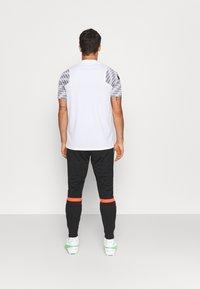 Nike Performance - ACADEMY PANT - Træningsbukser - black/bright crimson - 2