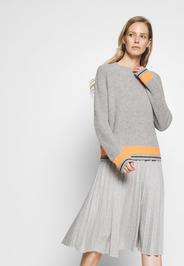 Sweter - grey/orange