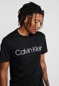 Calvin Klein - FRONT LOGO 2 PACK - T-shirt z nadrukiem - black/white - 4