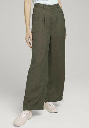 MIT WEITEM BEIN - Trousers - grape leaf green
