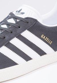 adidas Originals - GAZELLE  - Trainers - solid grey/white/gold metallic - 5