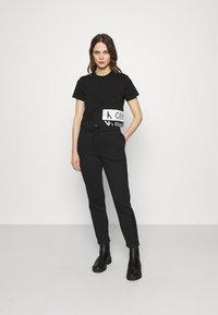 Calvin Klein Jeans - MIRRORED LOGO BOXY TEE - Printtipaita - black/bright white - 1