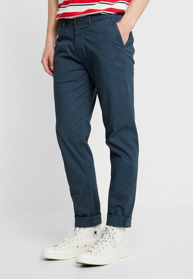 STUART CLASSIC SLIM FIT - Pantalones chinos - petrol