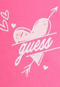 Guess - Triko spotiskem - pink - 2
