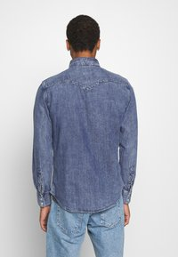 Levi's® - BARSTOW WESTERN STANDARD - Camicia - marble indigo acid wash - 2