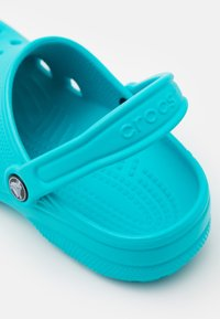 Crocs - CLASSIC UNISEX - Pool slides - digital aqua - 5