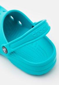 Crocs - CLASSIC UNISEX - Sandály do bazénu - digital aqua - 5