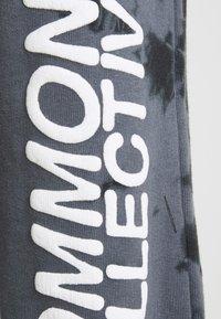 Common Kollectiv - ESSENSTIALS TIE DYE TRACKSUIT UNISEX - Print T-shirt - black - 4
