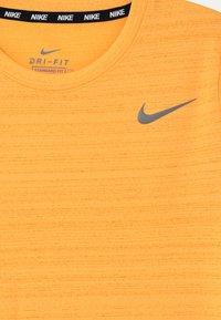 Nike Performance - MILER - Basic T-shirt - citron pulse - 2