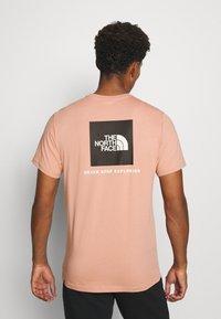 The North Face - REDBOX TEE   - Print T-shirt - pinkclay - 2