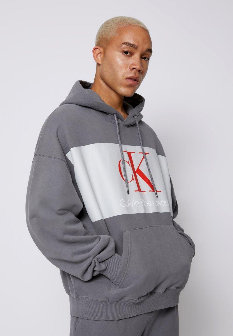Calvin Klein Jeans - OVERSIZED LARGE BADGE HOODIE UNISEX - Sweatshirt - light grey